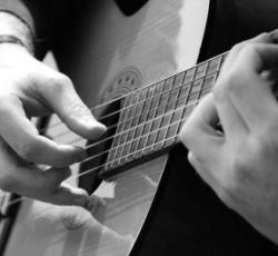 Giảm đau tay khi tập đàn guitar cho người mới bắt đầu