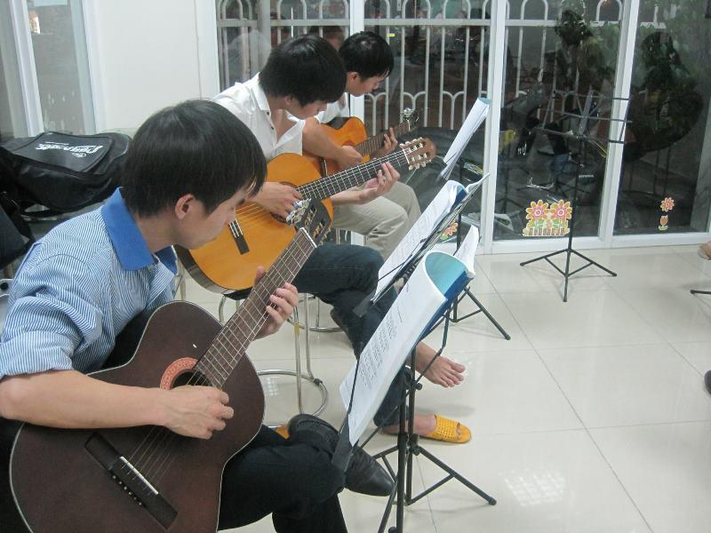 hoc-dan-guitar-o-go-vap-1
