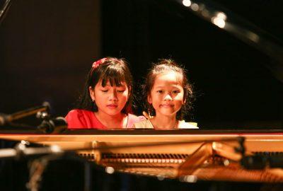 Học đàn piano giúp bé phát triển toàn diện mọi kỹ năng