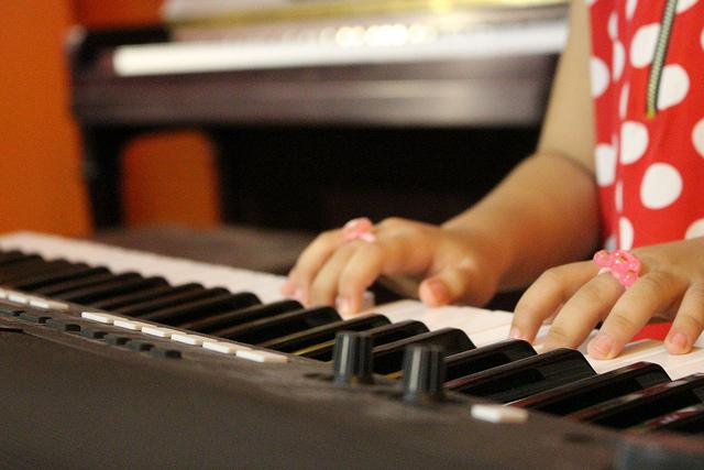 Cha mẹ cũng cần phải lựa chọn loại đàn phù hợp để bé cảm thụ âm nhạc tốt hơn
