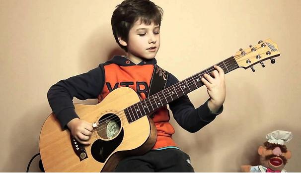 Tư thế khi học đàn guitar rất quan trọng với mỗi người